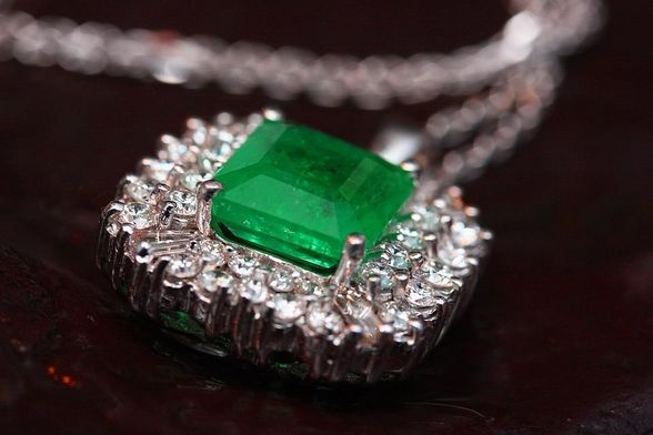 what-on-earth-is-an-emerald-discovering-an-iconic-green-gemstone.jpg